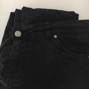 Låga, svarta jeans. Väl använda men bra skick. Frakt ingår i priset