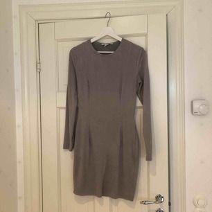 Snygg oanvänd grå Moccaklänning från NLY trend i storlek M.