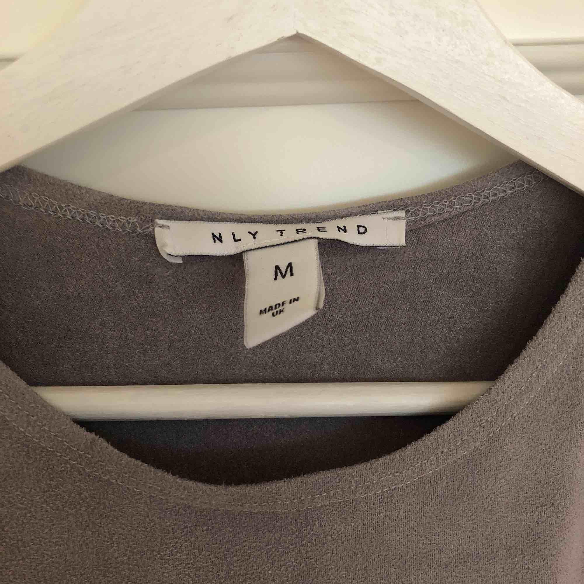 Snygg oanvänd grå Moccaklänning från NLY trend i storlek M.. Klänningar.