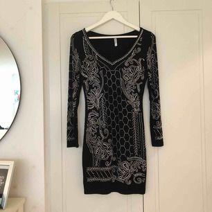 Superfin oanvänd (pga fel storlek) klänning från bubbleroom med vackra mönster. Storlek S