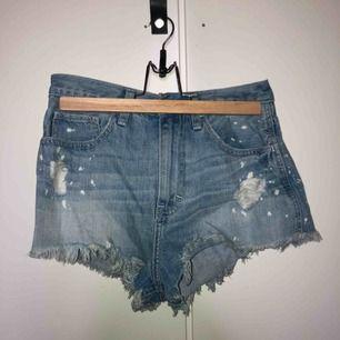 Jeans shorts från hollister. Använt kanske 1-2 gånger. Skulle säga att storleken är XS. Säljer pga: köpte den för liten.