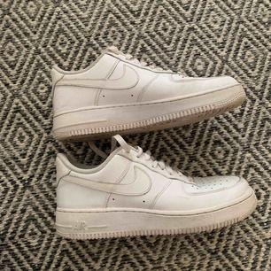 Nike air force 1 storlek 40,5. Använda 4ggr, så gott som nya! Inköpta för 999kr. Ett litet skrapmärke på höger sko. Skorna är perfekta nu till våren! Pris kan diskuteras, jag möts upp på Södermalm eller fraktar skorna (köparen betalar för frakten)!