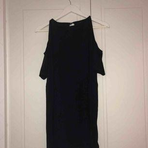 Supersöt svart offshoulder klänning. Kort och perfekt till våren!