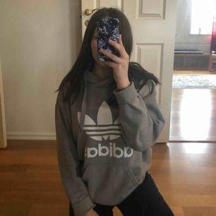 Grå adidas hoodie i storlek S. Använd men fortfarande väldigt bra skick. Köpt för 700, säljs för 250 kr + frakt 💖