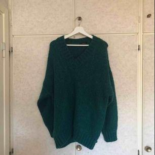 Fin V-ringad stickad ull tröja. Nästan aldrig använd då jag är lite känslig för ull. Ganska stor, fungera skit bra att ha som en klänning. Betalningen sker via Swish och köparen står för frakten, eller så möts vi i göteborg.