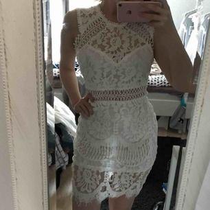 En jättefin vit klänning med fina detaljer i strl M som bara är testad men som tyvärr var för stor för mig (är en S). Från Shein. Passar helt utmärkt som studentklänning/skolavslutningsklänning/examensklänning eller bara som sommarklänning.