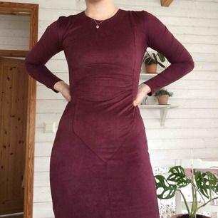 Super fin klänning från Nelly knappt använd. Mjukt mocka inspirerat material