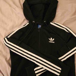 Jätte snygg och bekväm kofta från adidas. Adidas tryck finns på ryggen! Använd endast fåtal gånger. Köpare står för frakten💕