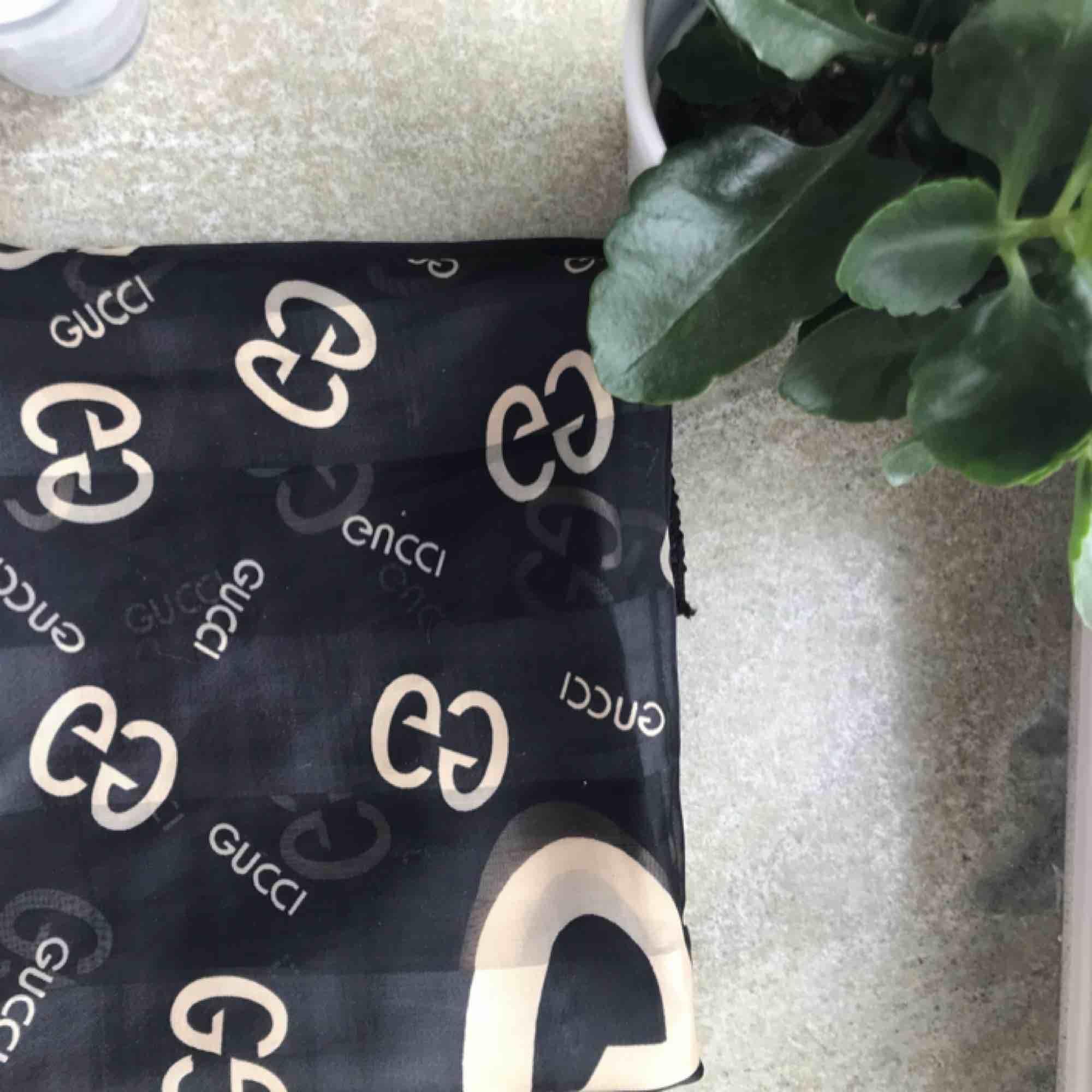"""""""Gucci"""" scarf, kan gå ner i pris vid snabb affär 😗😗. Accessoarer."""