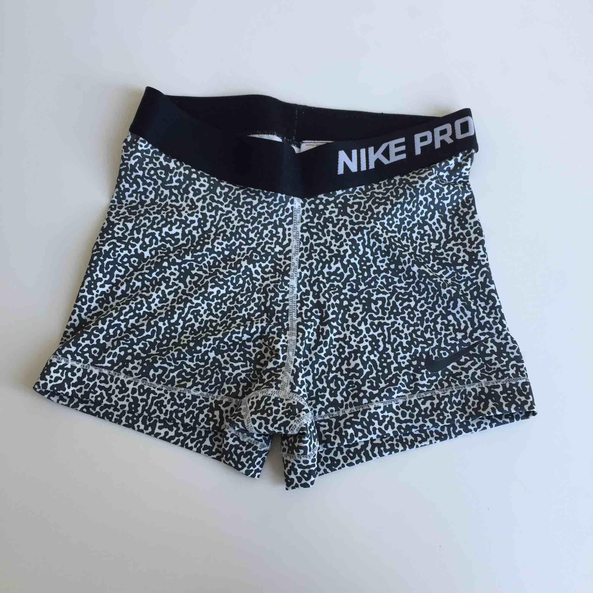 Såå fina träningsshorts från Nike. Mycket sparsamt använda så i superbra skick! ✨ säljer även ett par andra shorts och ett par tights i samma modell men annat mönster! Vid köp av flera kan jag ge paketpris! . Jeans & Byxor.