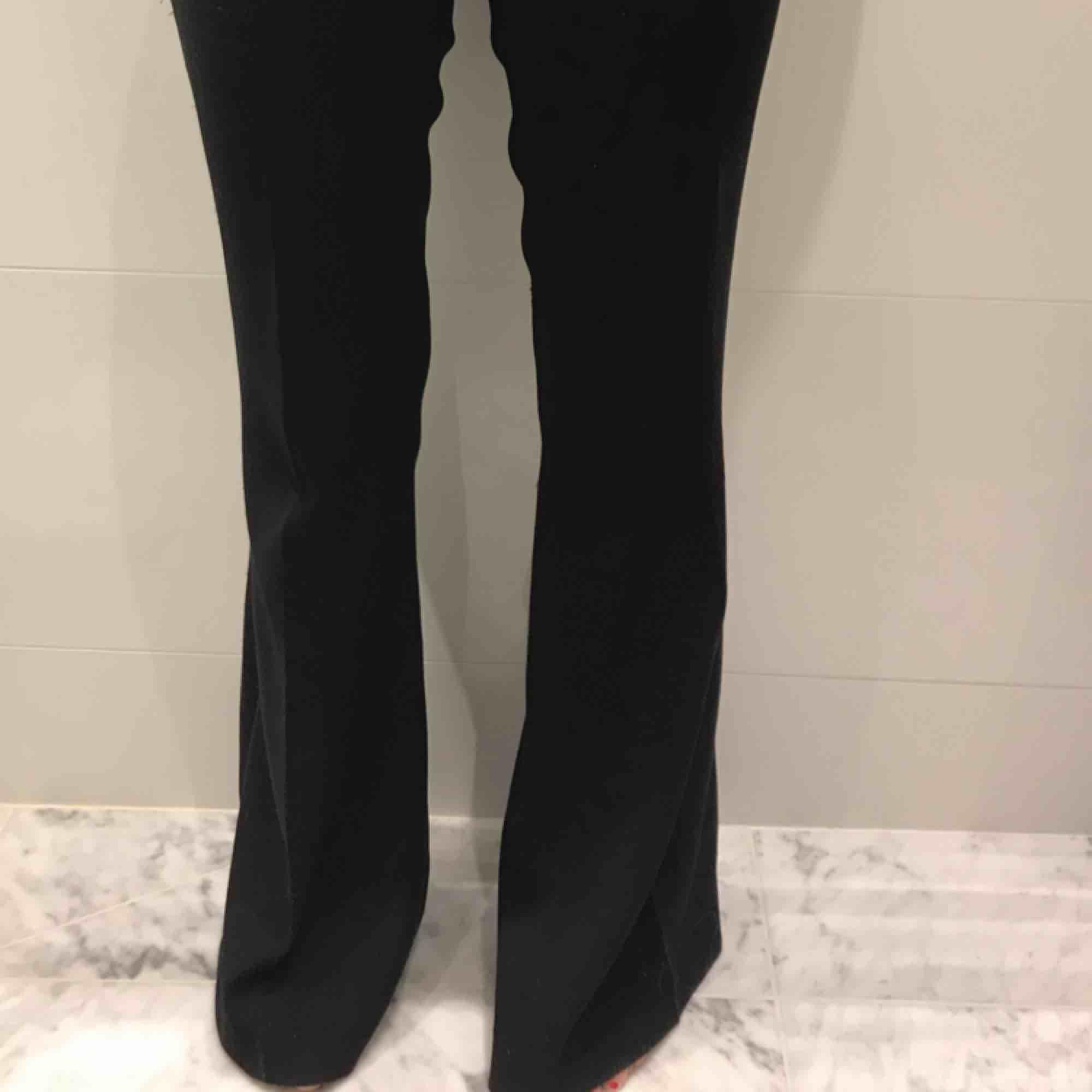 Svarta kostymbyxor från Zara :) . Jeans & Byxor.