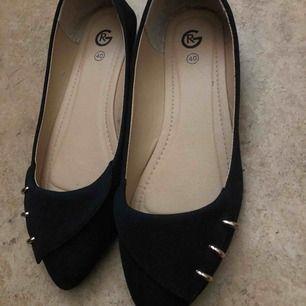 Helt nya svart ballerinaskor med tre guld detaljer på hörnet av skorna väldigt fin och skön inför sommaren den passar för storlek 40.
