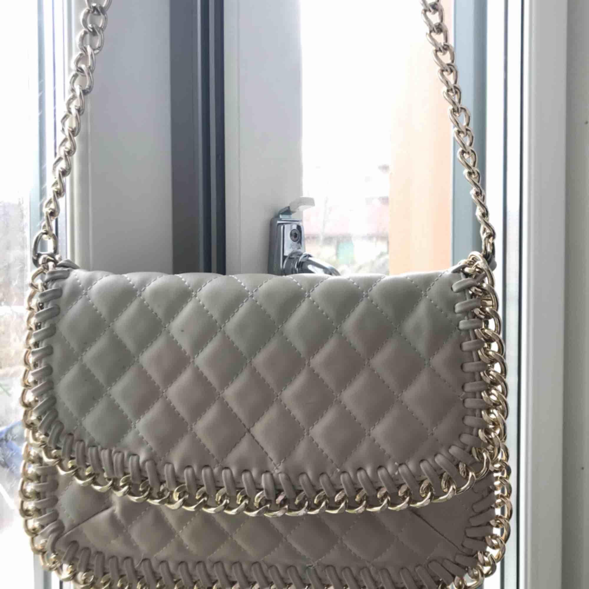 Väska från TIAMO. Lite smutsig/missfärgad på innersidan varav det billiga priset. 🥰. Väskor.