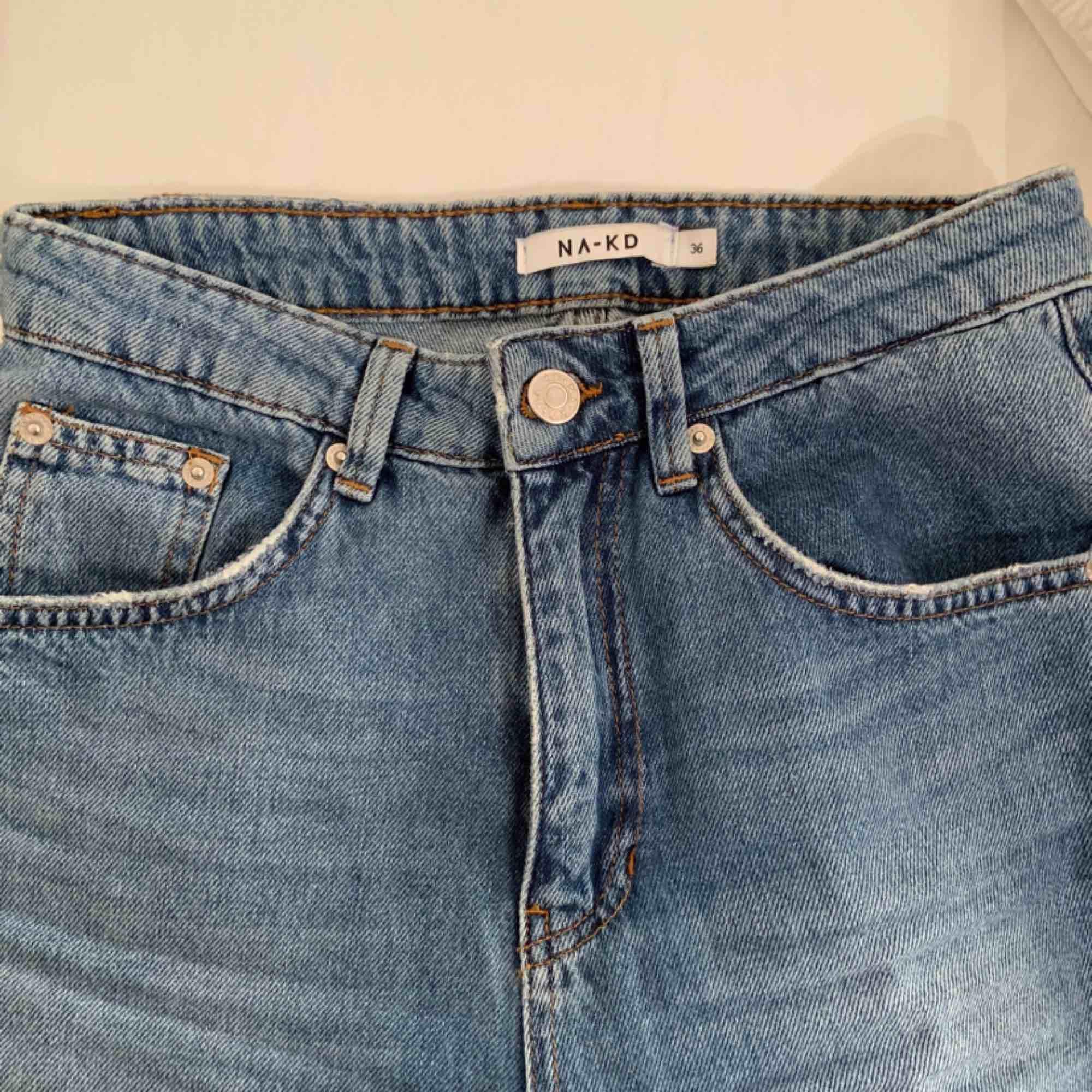 Näst intill oanvända, jättesnygga ancle jeans från NA-KD. Storlek 34 och sitter runt midjan som en smäck!. Jeans & Byxor.