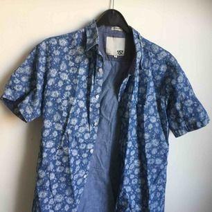 Blommig skjorta köpt 2hand som tyvärr blivit för liten