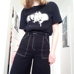 Ascoola svarta byxor med vita sömmar, hög smal midja och vida ben! Helt nya och säljer endast då jag har ett annat par nästan exakt likadana!