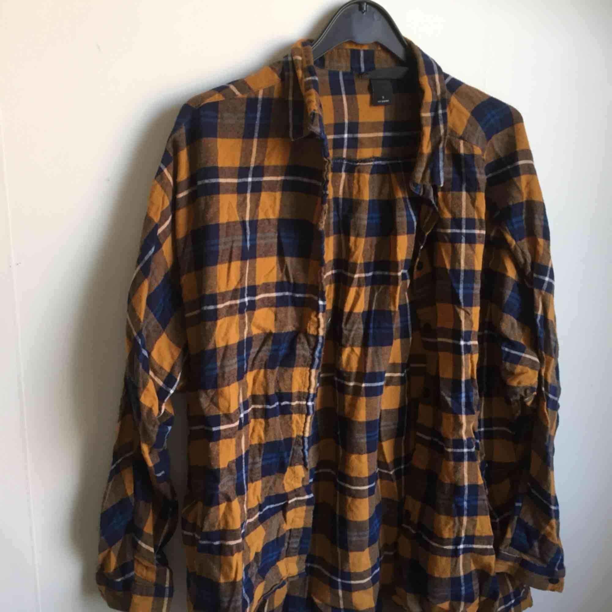 Monkiskjorta, sparsamt använd. Oversize fit i skönt material. . Skjortor.