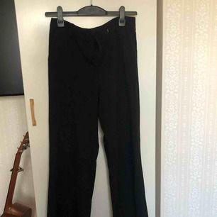 Ett par svarta vida kostymbyxor från Kappahl Kan mötas upp i Stockholm! Annars betalar köparen för frakt ⭐️