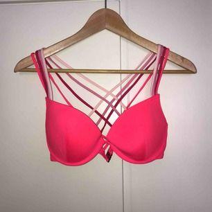 Rosa bikinibh med jättefin detalj i ryggen. Bra skick dock lite mosad eftersom den mestadels bara legat i en låda.