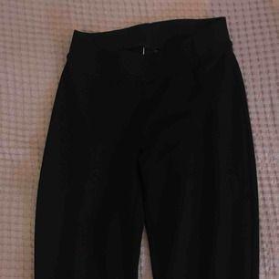 Svarta bootcut byxor från Ginatricot. Använd ett fåtal gånger, då de är för små. Jätte fint skick, inga skador eller fläckar, köpt för 150 kr.