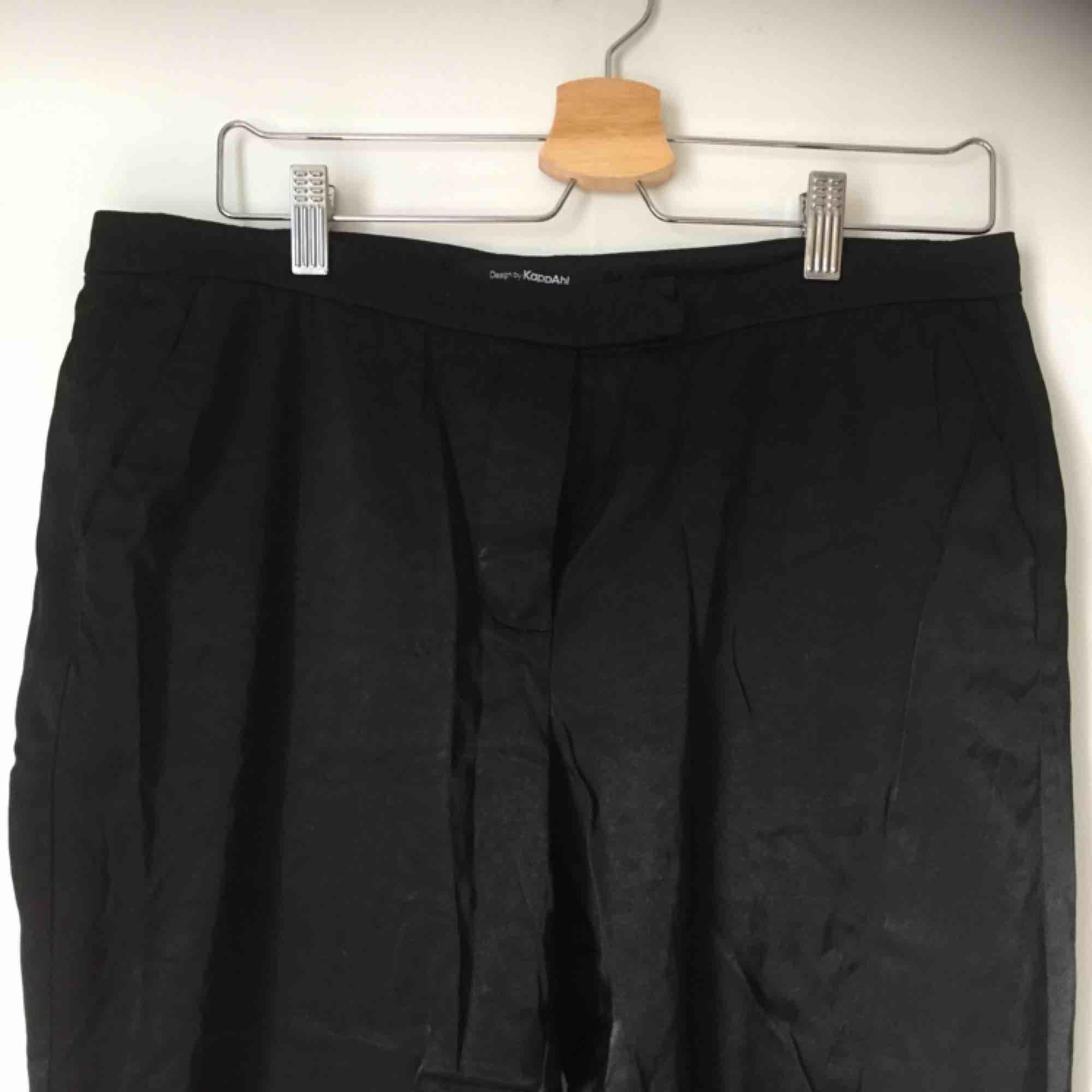 Silkiga byxor från Kappahl! Bra skick! . Jeans & Byxor.