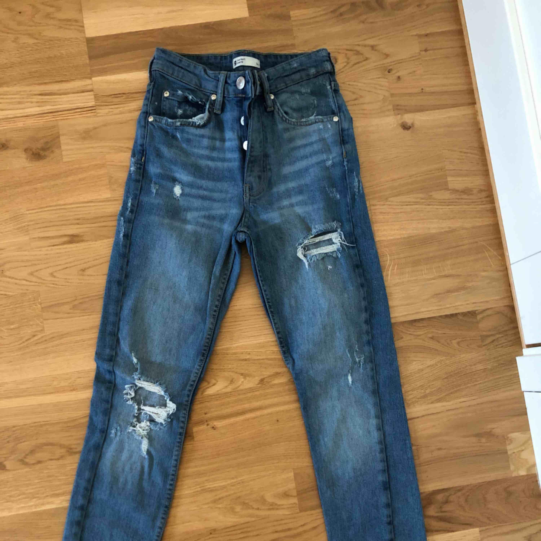 Ursnygga blåa jeans som sitter väldigt bra på kroppen sålänge man har rätt storlek, oanvända eftersom att det är fel storlek. Jeans & Byxor.