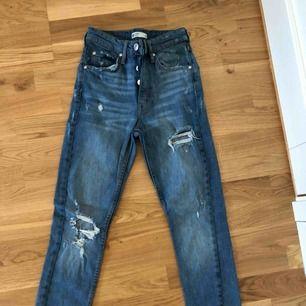 Ursnygga blåa jeans som sitter väldigt bra på kroppen sålänge man har rätt storlek, oanvända eftersom att det är fel storlek