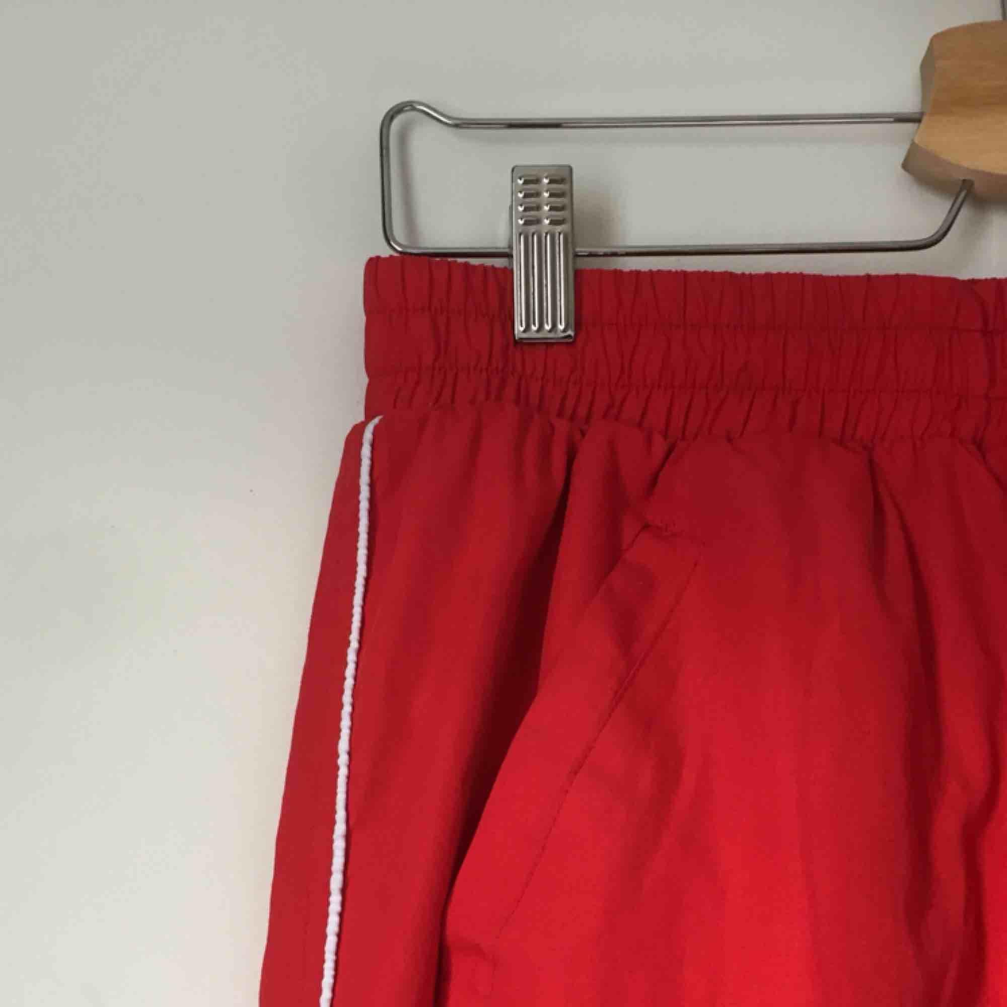 Balla träningsbyxor som passar bra som vardagsbyxor också! Ganska långa i benen stretch i midjan. Snygg vit rand på sidan . Jeans & Byxor.