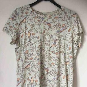 Monki-T-shirt. Sparsamt använd och i bra skick. Superskönt och somrigt material