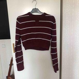 En croppad röd tröja från beyond retro Kan mötas upp i Stockholm! Annars betalar köparen för frakt ⭐️
