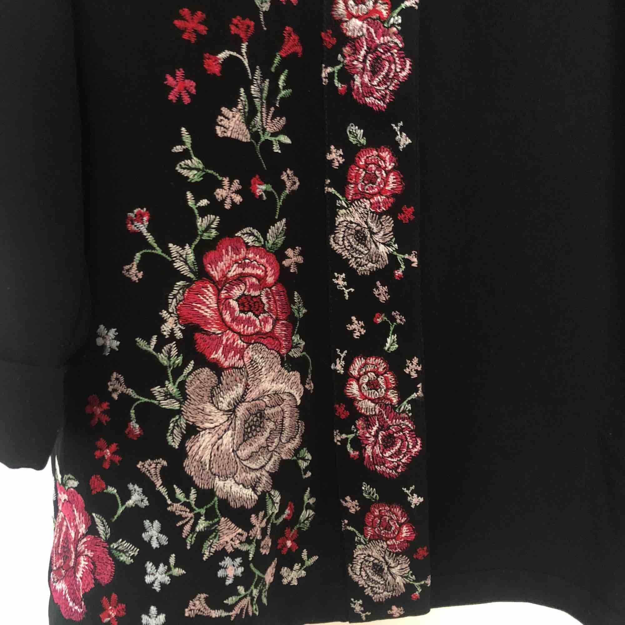 En svart blazer från river island med broderade rosor längst med öppningen. Använd en gång. Kan mötas upp i Stockholm! Annars betalar köparen för frakt ⭐️. Tröjor & Koftor.