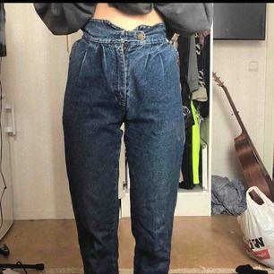 Ett par blå vintage jeans med väldigt hög midja Kan mötas upp i Stockholm! Annars betalar köparen för frakt ⭐️