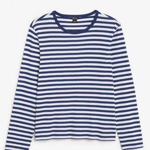 En av mina favorittröjor som endast använd 3 gånger- nyskick💕.  Får tyvärr inte plats i garderoben längre och därför valde jag att sälja den, superfin och trendig!🥰  Nypris 140!💖 ( mörkblå , ljusare i verkligheten)