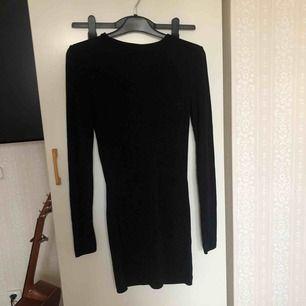 En svart långärmad glittrig klänning från monki Kan mötas upp i Stockholm! Annars betalar köparen för frakt ⭐️