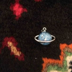 Saturnus! Magiskt hänge som kan användas till halsband eller örhänge.
