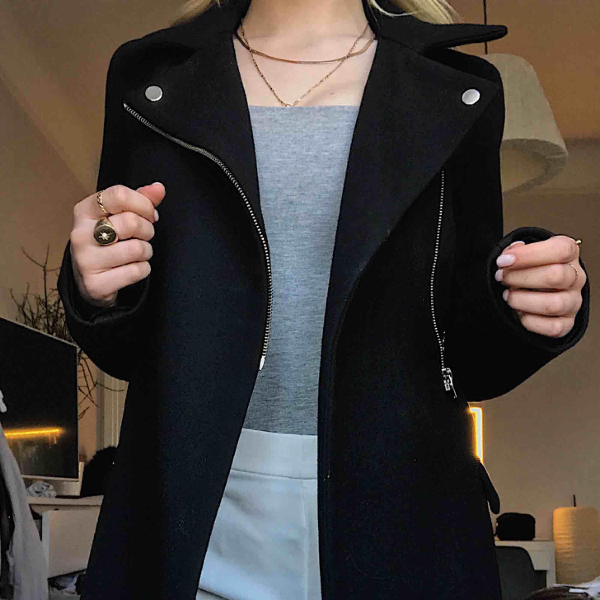 Zara kappa i jättefint skick, köpt för 800kr. . Jackor.