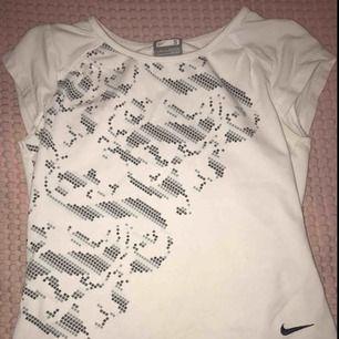 Vit & grå tränings tröja. Använd ca 1-2 gånger och i bra skick från Nike