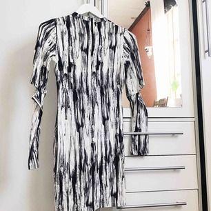 """Fin mönstrad klänning från H&M med coola """"cut outs"""" på armbågarna. Helt oanvänd, prislapp kvar! Frakt tillkommer 🌹"""