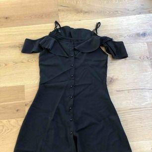 Svart ledig klänning. Vanliga justerbara band upptill samt tjockare band hängandes över armen/axeln. Jättesöt klänning i väldigt ledigt material.  Aldrig använd. Aldrig tvättad.