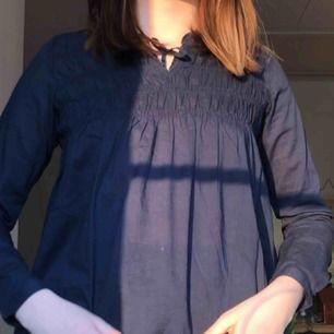 Ännu en blus från lager 157💙 Denna är blå, ganska använd men ändå i bra skick. Frakt ingår inte i priset