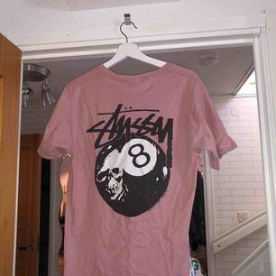 Stussy t-shirt som blivit för liten för mig. Såklart är den äkta, köparen betalar för frakt! Den sitter som Medium
