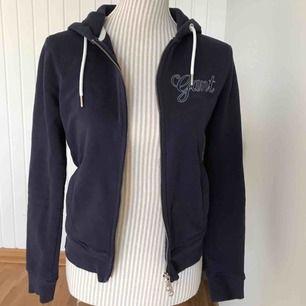 En blå tjocktröja/hoodie från GANT i fint skick! Frakt på 55 kr tillkommer