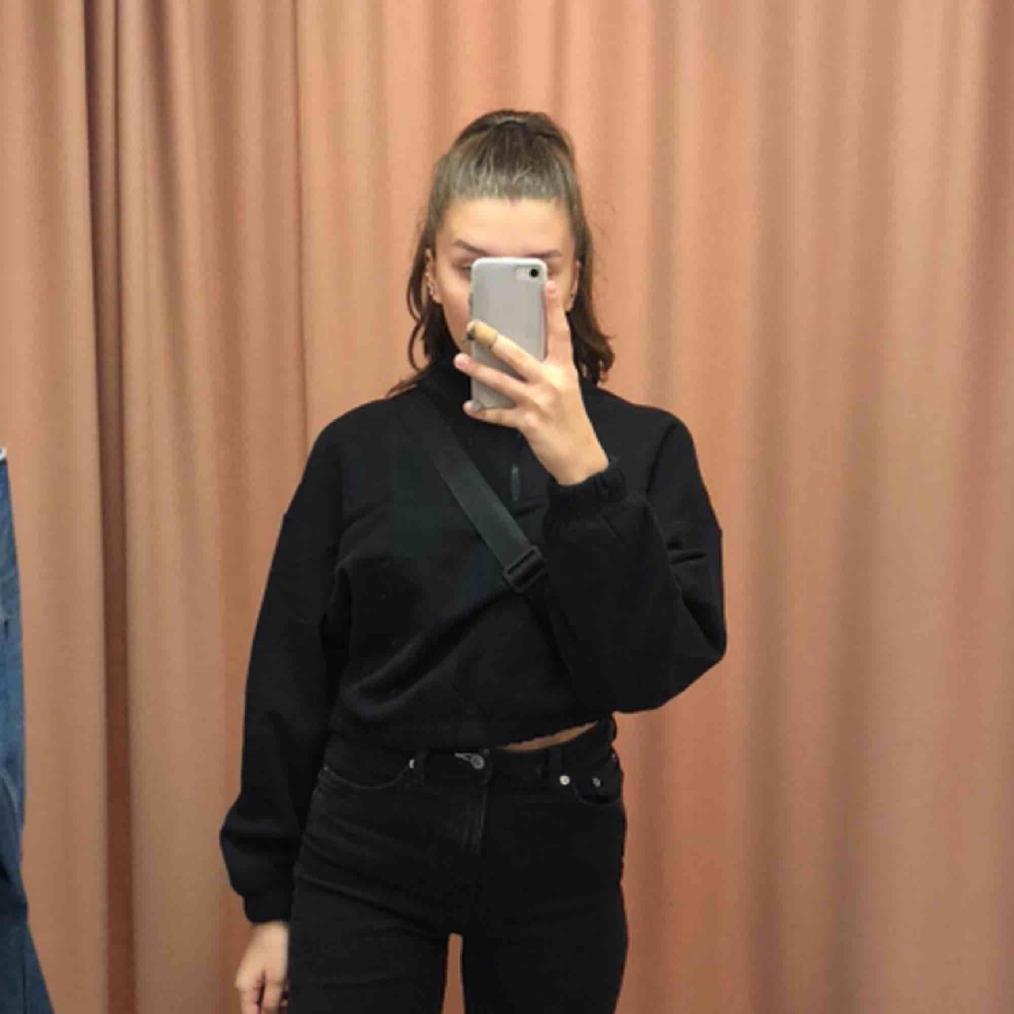 En svart polo tröja från weekday:) . Huvtröjor & Träningströjor.