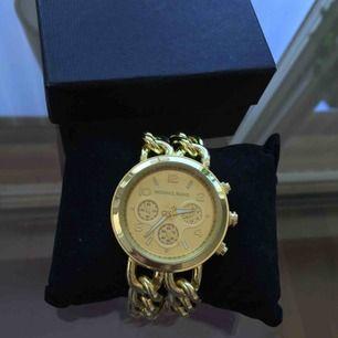 Guldig klocka. Helt ny. Säljes enbart pga att jag inte använder guldiga smycken.