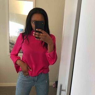 Färgstark rosa härlig blus från Gina tricot med knut och öppen rygg bak, använd endast 1 gång! Frakt tillkommer!
