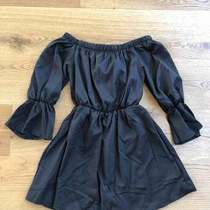 Helt oanvänd klänning från USA. Säljer pga att jag köpt fel färg. Storlek S. Men passar en XS-M då den har resår upptill. Jättesöt!