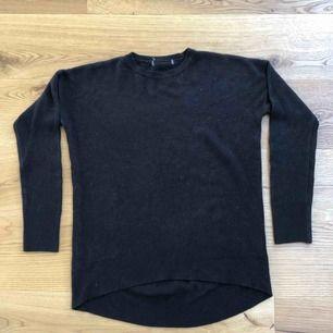 Svart och grå tröja i mysigt material. Gråa tröjan är i väldigt gott skick. Den svarta är använd. Billigare pris för den svarta.  Passar XS-L beroende på hur du vill att den ska sitta. Jag har haft den som oversize.