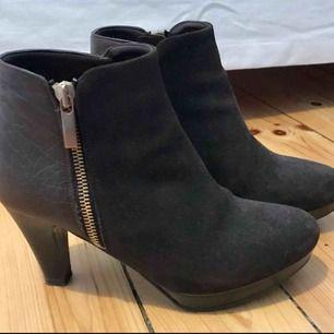 Snygga mocka och läderpumps från Barcelona. Storlek 36. Endast använda en gång. Klacken är 8 cm från golvet till bak på skon. Bra kvalitet! Nypris 950kr.