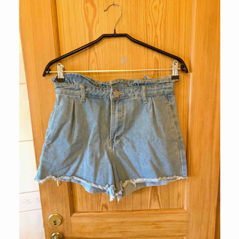 Paper bag waist shorts ifrån Boohoo ✨ Aldrig använda ✨  Köparen betalar för frakt 📮. Shorts.