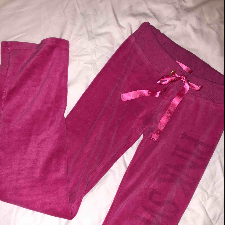 Pink sweden mjukisbyxor, lite bootcut☺️ nypris 650kr. Huvtröjor & Träningströjor.